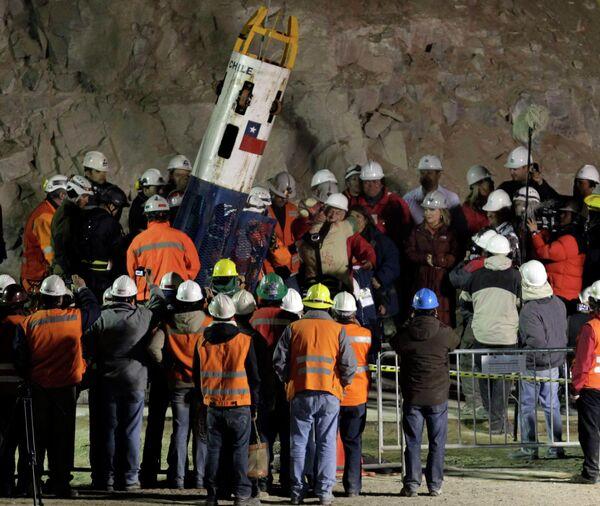 Спасатели в Чили вызволили из подземного плена первого из 33 горняков