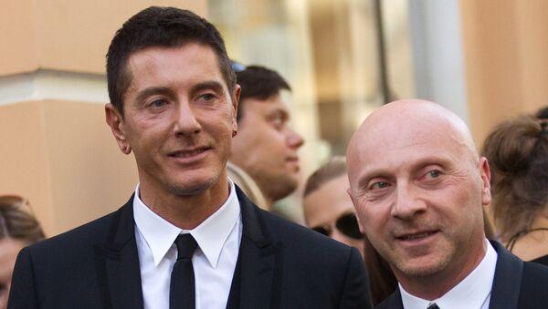 Дизайнеры Доменико Дольче и Стефано Габбана (справа налево), архивное фото
