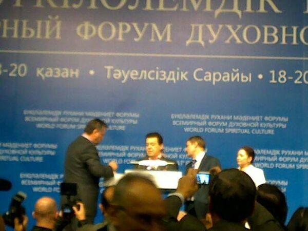 Кобзон потерял сознание во время выступления на форуме в Астане