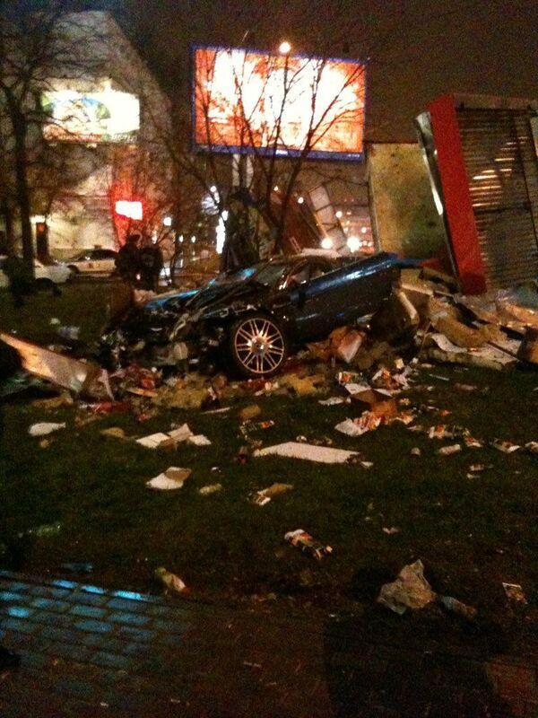 Aston Martin развалился пополам, врезавшись в палатку в Москве
