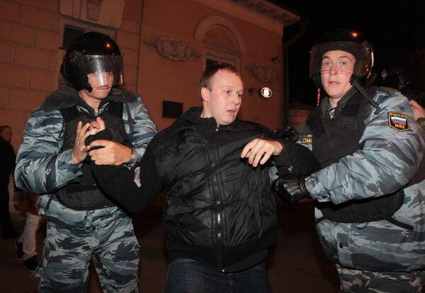 Сотрудники милиции на Триумфальной площади задерживают одного из участников акции