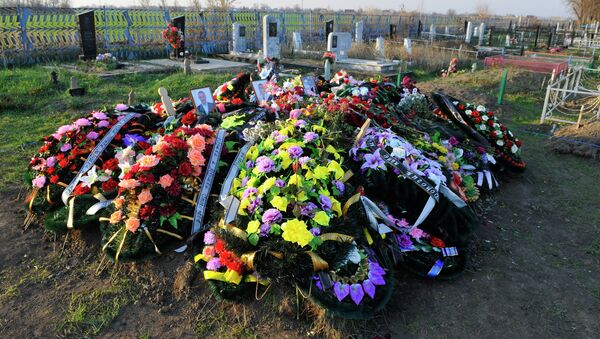 Могилы жертв жестокого убийства 12 человек в станице Кущевская. Архив