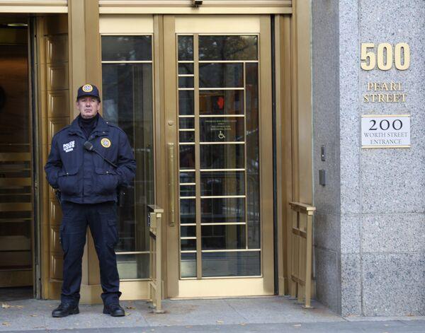 Сотрудник полиции, охраняющий вход в здание федерального суда Южного округа Нью-Йорка