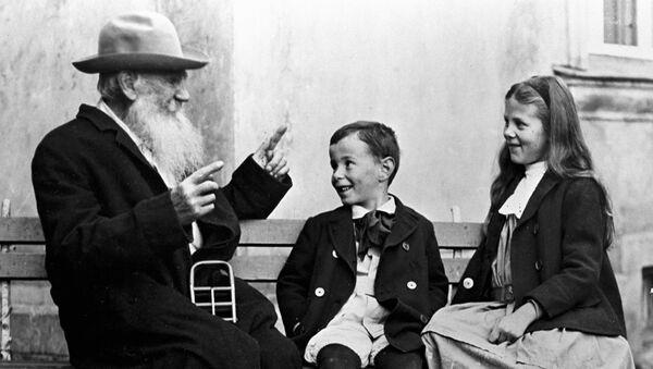 Лев Толстой с внуками Соней и Ильей. Архив