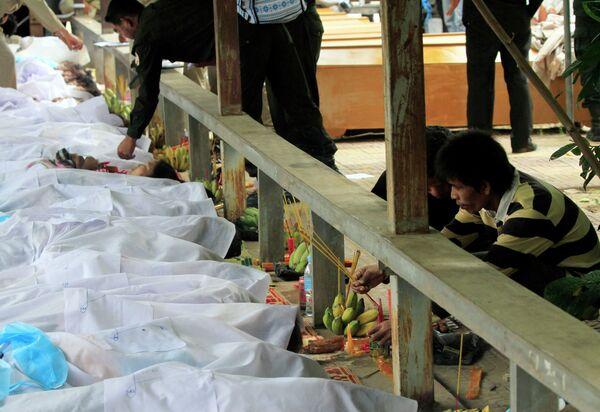 Родственники погибших в результате давки на водном фестивале в Камбодже