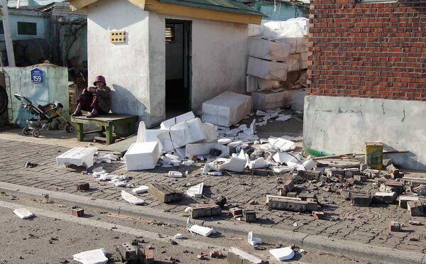 Разрушенные дома на острове Йонпхендо после нападения КНДР на Южную Корею