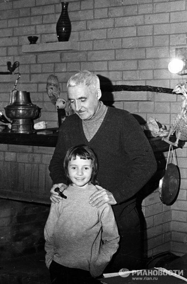 Писатель Константин Симонов с дочерью.