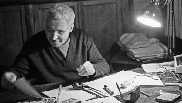 Писатель Константин Симонов. Архивное фото