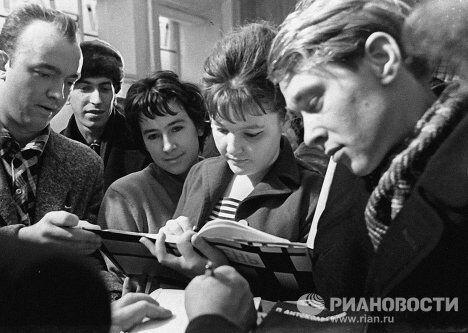 Ахмадулина подписывает читателям книгу