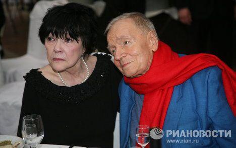 Поэты Белла Ахмадулина и Андрей Вознесенский во время презентации новых работ З.Церетели