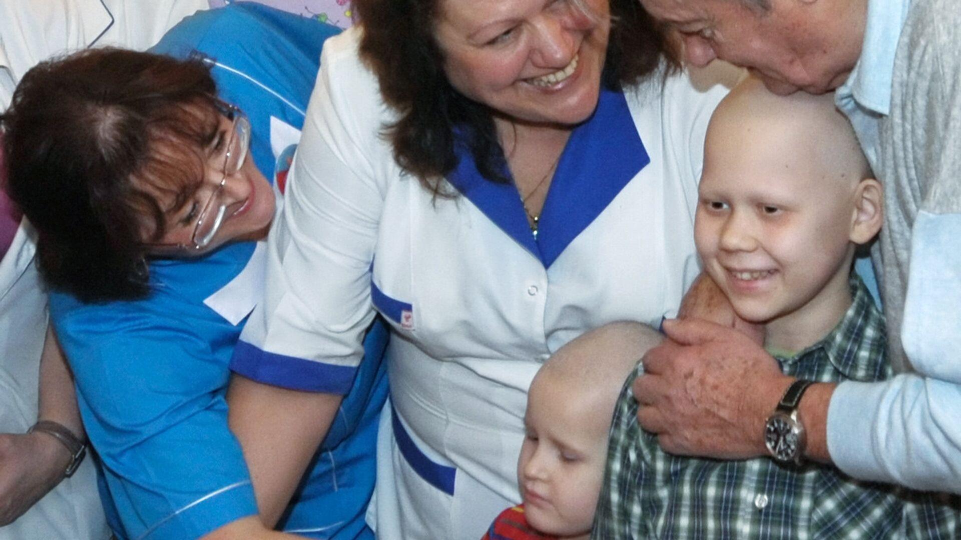 Ален Делон посетил детское онкологическое отделение больницы № 31 в Санкт-Петербурге - РИА Новости, 1920, 06.01.2021