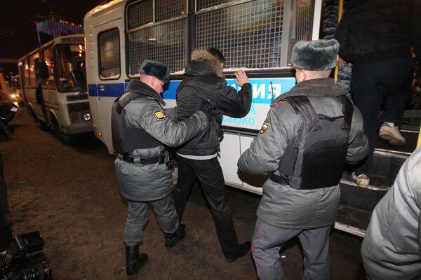 Сотрудники милиции проводят задержание у станции метро Смоленская. Архив