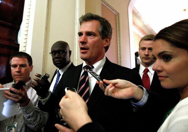 Республиканец Скотт Браун отвечает на вопросы журналистов после секретной сессии по договору по СНВ
