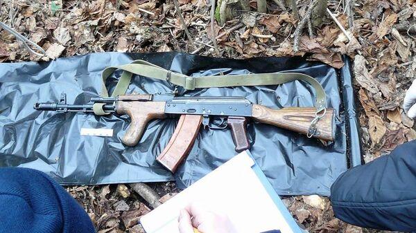 В окрестностях села Яндаре Республики Ингушетия обнаружен тайник с автоматическим оружием, боеприпасами и военной экипировкой