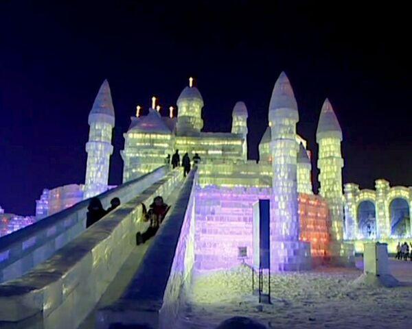 Ледяные замки в натуральную величину освещают тысячи лазеров