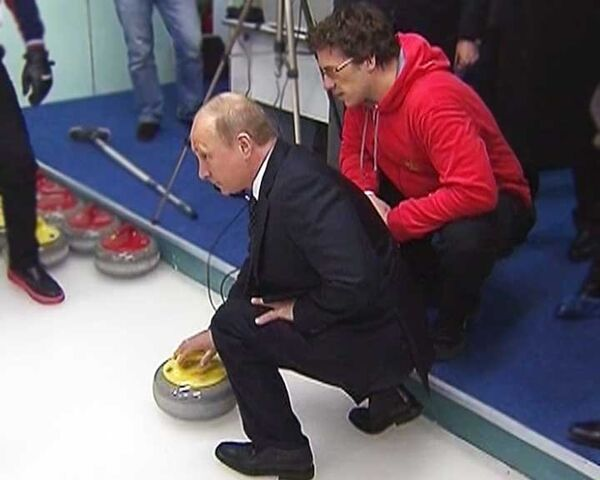 Путин сыграл в керлинг и получил подарок от победителей ЧМ по хоккею