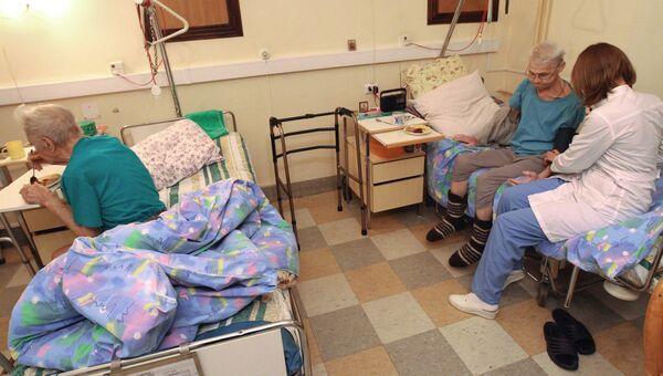 Врач меряет пациенту давление в палате Первого Московского хосписа