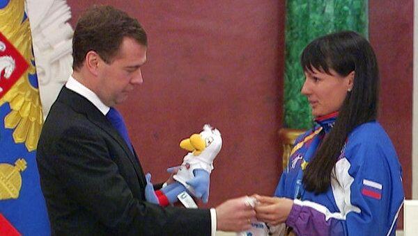 Победители Универсиады-2011 подарили Медведеву свой талисман