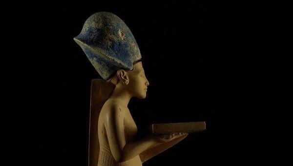 Эхнатон, приносящий жертвенные дары богам