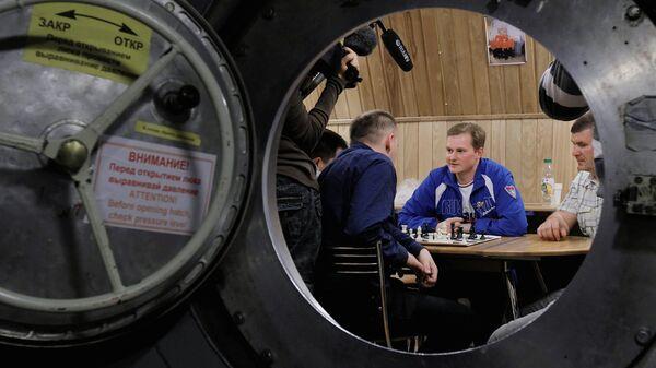 Будущие участники проекта Марс-500 во время турнира с Анатолием Карповым