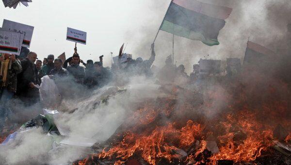 Жители Бенгази сжигают портреты Муамара Каддафи