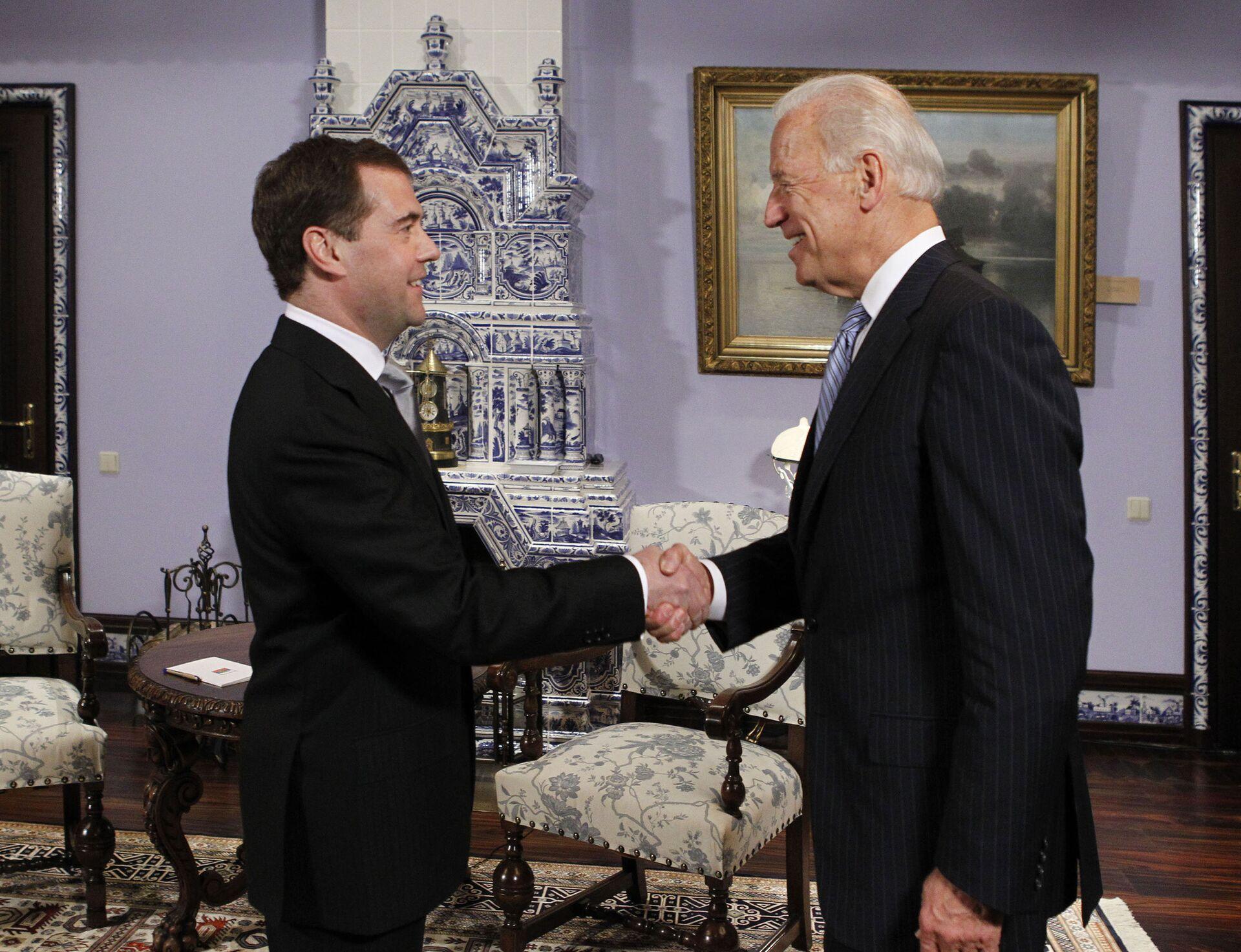 Дмитрий Медведев и Джозеф Байден во время встречи в резиденции Горки. 9 марта 2011 - РИА Новости, 1920, 09.11.2020
