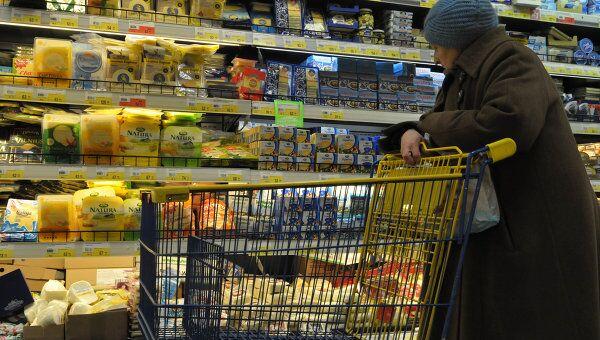 Пожилая женщина в магазине. Архивное фото