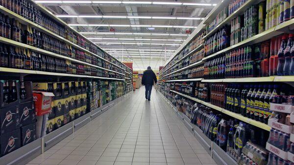 Покупатель в отделе алкогольной продукции. Архив
