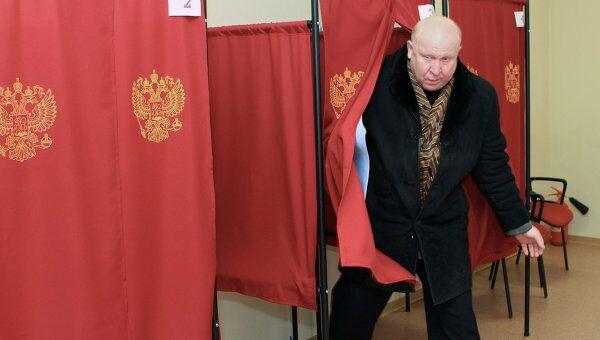 Губернатор Нижегородской области Валерий Шанцев покидает кабинку для голосования на избирательном участке №1663. Архив