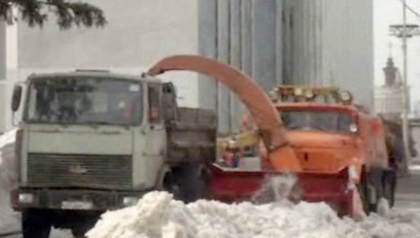 С территории ВВЦ вывозят талый снег на спецтехнике
