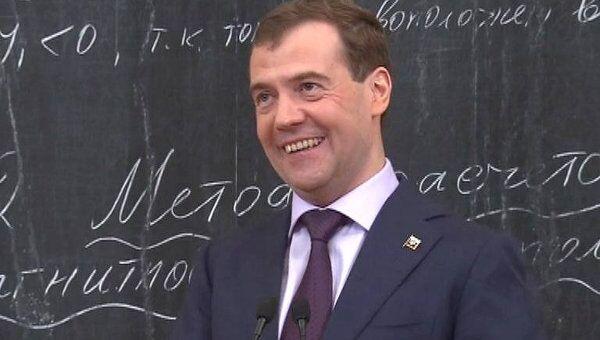 Медведев рассказал студентам, как ему признавались в любви