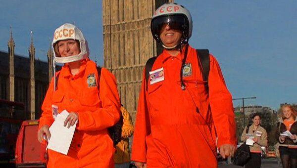 Прогулкой в скафандрах вдоль Темзы отметили День космонавтики в Лондоне