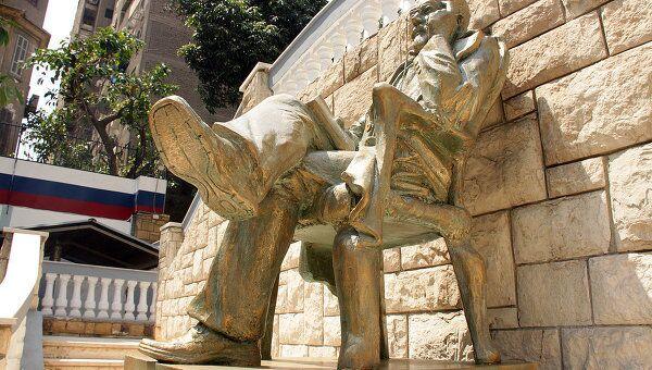 Памятник Чехову на территории Российского центра науки и культуры в Каире