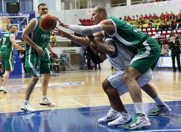 Игровой момент матча УНИКС - Азовмаш