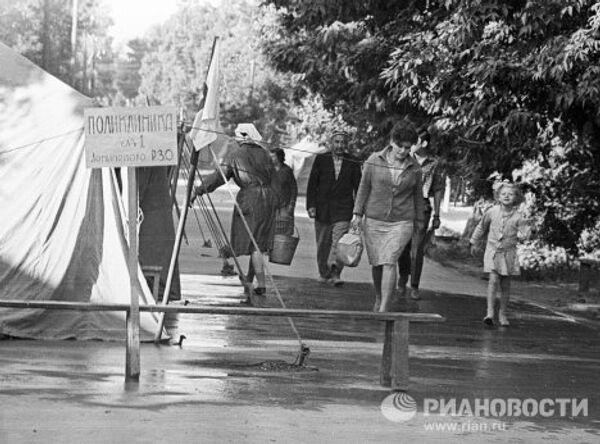 Палаточный городок в Ташкенте после землетрясения
