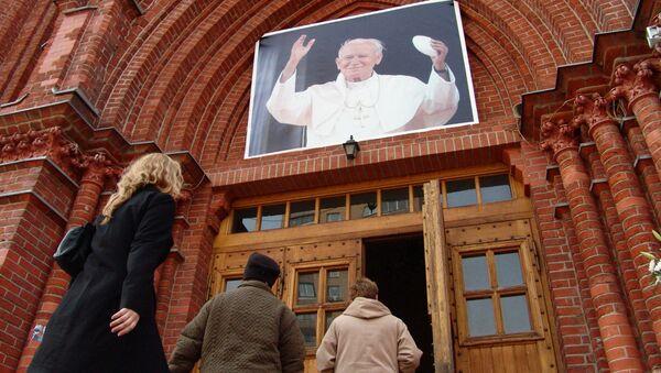 Во время прямой трансляции Католический кафедральный собор Непорочного Зачатия Пресвятой Девы Марии во время прямой трансляции церемонии погребения Папы Римского Иоанна Павла II. Архив