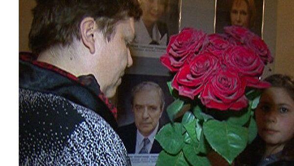 Актеры театра Маяковского почтили память Лазарева минутой молчания
