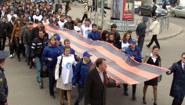 10-метровые георгиевские ленты принесли студенты к Вечному огню в Томске