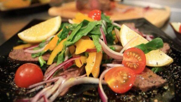 Медальоны из телятины с овощами. Видеорецепт