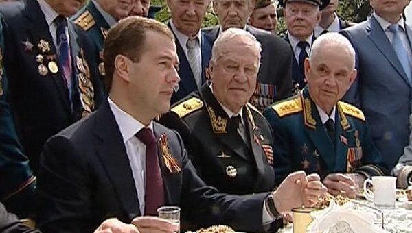 Дмитрий Медведев выпил с ветеранами фронтовые сто грамм за Победу