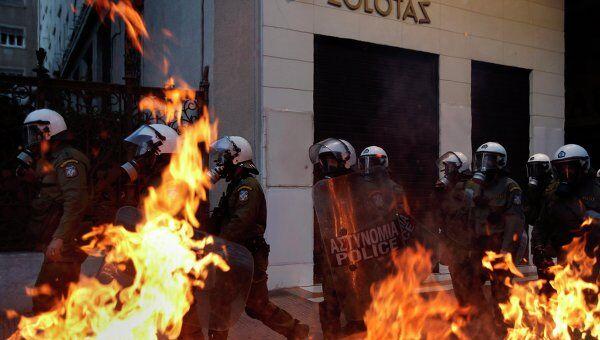 Полиция в Афинах во время беспорядков 12 мая 2010 года