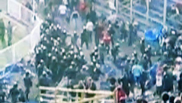 Фанаты Спартака и Крыльев Советов дерутся прямо во время матча