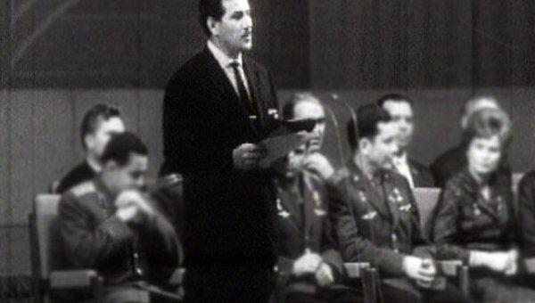 Чухрай награждает победителей III Московского кинофестиваля. 1963 год