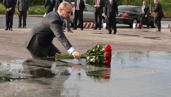 Премьер-министр РФ Владимир Путин возложил цветы к памятнику псковским десантникам