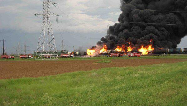 Пожар на месте столкновения грузовика и поезда в Волгоградской области