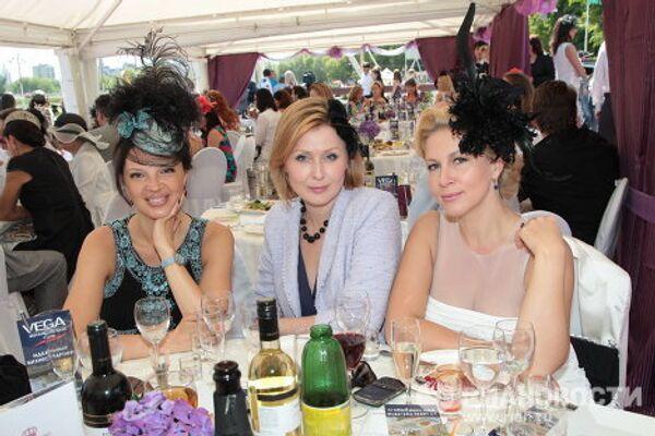 Телеведущие Екатерина Одинцова и Елена Ищеева и гостья мероприятия на Центральном ипподроме в Москве, где прошли скачки Гран-при Радио Monte Carlo.