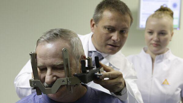 Операция с примением установки Гамма-нож для лечения опухоли головного мозга. Архивное фото