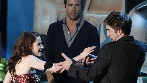 Роберт Пэттинсон и Кристен Стюарт на церемонии вручения премии MTV Movie Awards