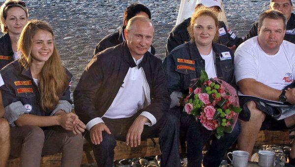 Путин и олимпийский стройотряд в Сочи спели у костра песню Пугачевой