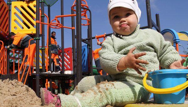 Ребенок на детсокй площадке
